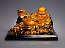 Sten polerad staty av Buddha på en sockel Arkivbilder