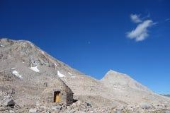 Sten som förlägga i barack i bergen Arkivfoton