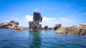 Sten som staplas i havet med blå himmel och dagsljus Arkivbilder