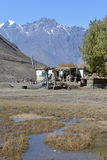 Sten som utgjutas i berg Övergiven by i Himalayas Royaltyfri Foto