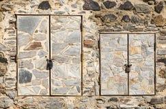 Sten två gjorde dörrar på en sten som gjordes väggen Royaltyfria Foton