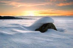 Sten under snow Arkivfoton