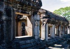 Sten Windows av den Baphuon templet arkivbilder