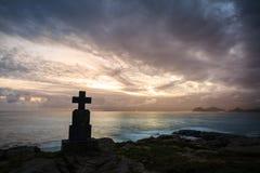 Stena arga monument vid havet i soluppgången, Castro Urdiales, Cantabria Arkivfoton