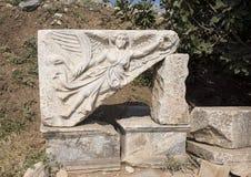 Stena att snida av gudinnan Nike, på fördärvar av den forntida staden av Ephesus Fotografering för Bildbyråer