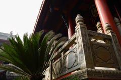 Stena balustrader med basrelief av åldrig kinesisk byggnad royaltyfri foto
