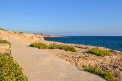 Stena banan längs kusten av havet ayiacyprus napa Royaltyfri Foto