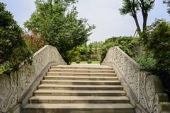 Stena bron med präglade balustrader i solig sommar royaltyfria bilder