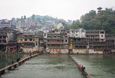 Stena bron på Fenghuang den forntida staden i Hunan, Kina Royaltyfri Bild