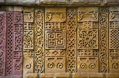 Stena carvings på den yttre väggen av Jami Masjid Mosque, UNESCO skyddade Champaner - arkeologiska Pavagadh parkerar, Gujarat, In royaltyfri fotografi
