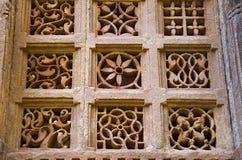 Stena carvings på den yttre väggen av Jami Masjid Mosque, UNESCO skyddade Champaner - arkeologiska Pavagadh parkerar, Gujarat, In royaltyfria bilder