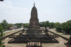 Stena Chedi på arkeologiskt parkerar av Chaliang buddistiska tempel, Thailand Arkivfoton