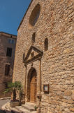 Stena den gjorda fasaden av den forntida kyrkan i Châteaudouble Royaltyfri Fotografi
