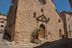 Stena den gjorda fasaden av den forntida kyrkan i Chateaudouble Royaltyfri Foto