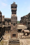 Stena den sned pelaren på Ellora Caves, den Kailasa templet, grottan inga 16, Indien Arkivfoto