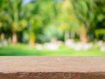 Stena den tomma tabellen för brädet framme av suddig bakgrund Perspect royaltyfria foton