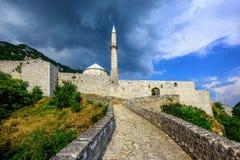 Stena fästningen med en moské i Travnik, Bosnien arkivbilder