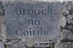 Stena inskriften i Galway, Irland som indikerar `-banken av den Coiribe `en, en flod i västra Irland Royaltyfria Foton