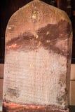 Stena inskriften som visas på templet Chiang Mai, Thailand Arkivfoto