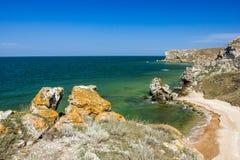 Stena klippor på kusten och den blåa himlen med moln Arkivbilder