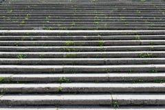 Stena (konkret) trappa med massor av moment Ljusnedgångarna på a Arkivfoton