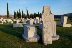 Stena korset och gravstenar av den medeltida nekropolen Radimlja Arkivfoton