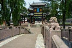 Stena lejon på balustrader av den forntida kinesiska bron fotografering för bildbyråer