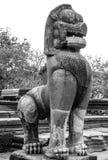 Stena lejonstatyn i en forntida thai slott Royaltyfri Fotografi