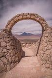 Stena porten på Pukara de Quitor - Incafästning på den Atacama öknen med sikten på den Licancabur vulkan i Anderna, San Pedro de  Arkivfoton
