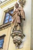 Stena skulptur av aposteln St Peter på ingångsfasaden av en kristen tempel, arkivbild