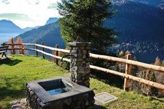 Stena springbrunnen i Stenico, Trentino Alto Adige, Italien Royaltyfria Foton