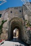 Stena staden för wtite för den ärke- Trullo trullien den gamla i Italien royaltyfri fotografi