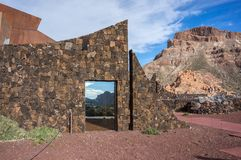 Stena staketet av den hotellParador de Canadas delen Teide arkivfoton