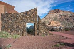 Stena staketet av territoriet, av den hotellParador de Canadas delen Teide royaltyfri bild