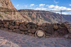 Stena staketet för den gamla krater av vulkan, den LaCañadas calderaen arkivfoto