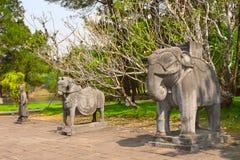 Stena statyer av hästen, elefanten och mannen i Minh Mang Tomb, ton, Arkivbild