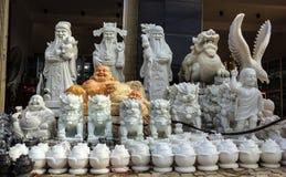 Stena statyer på skärm som är till salu på en traditionell by Arkivbild