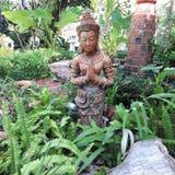 Stena statyn av en indisk kvinna i en parkera Arkivbild