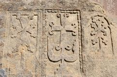 Stena steles med khachkars (kors) och forntida armenisk text Royaltyfria Foton