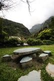 Stena tabellen och bänken, den Taroko medborgaren Forest Park, Taiwan Arkivfoto
