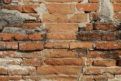 Stena tegelstenväggen i mitt av lera, varvad buntgarnering, utomhus- retro stil för solljus, bakgrunder Royaltyfria Bilder