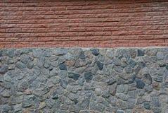 Stena textur av bruna tegelstenar och gråna stenar Royaltyfria Foton