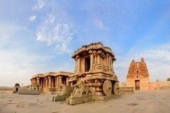Stena triumfvagnen i den Hampi Vittala templet på solnedgången Arkivfoto