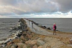 Stena vågbrytaren i Östersjön i Riga, Lettland Royaltyfria Foton