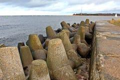 Stena vågbrytaren i Östersjön i Riga, Lettland Arkivbilder