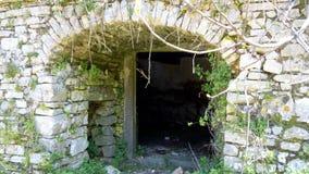 Stena valvgången, ingång till förrådsrummet, gamla Perithia, Korfu royaltyfri fotografi