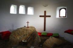 Stenaltare och kors i det Ffald-y-Brenin kapellet arkivfoton