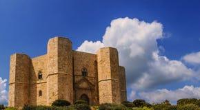Stenar av Apulia Castel del Monte: den huvudsakliga fasaden - ITALIEN (Andria) - Royaltyfri Fotografi