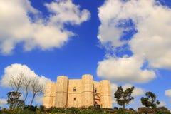 Stenar av Apulia Castel del Monte: den huvudsakliga fasaden - ITALIEN (Andria) - Arkivfoto