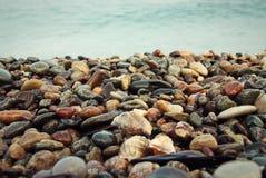 Stenar bakgrund på stranden Fotografering för Bildbyråer